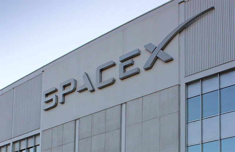 SpaceX halveert hoogte internetsatellieten om ruimteafval te vermijden