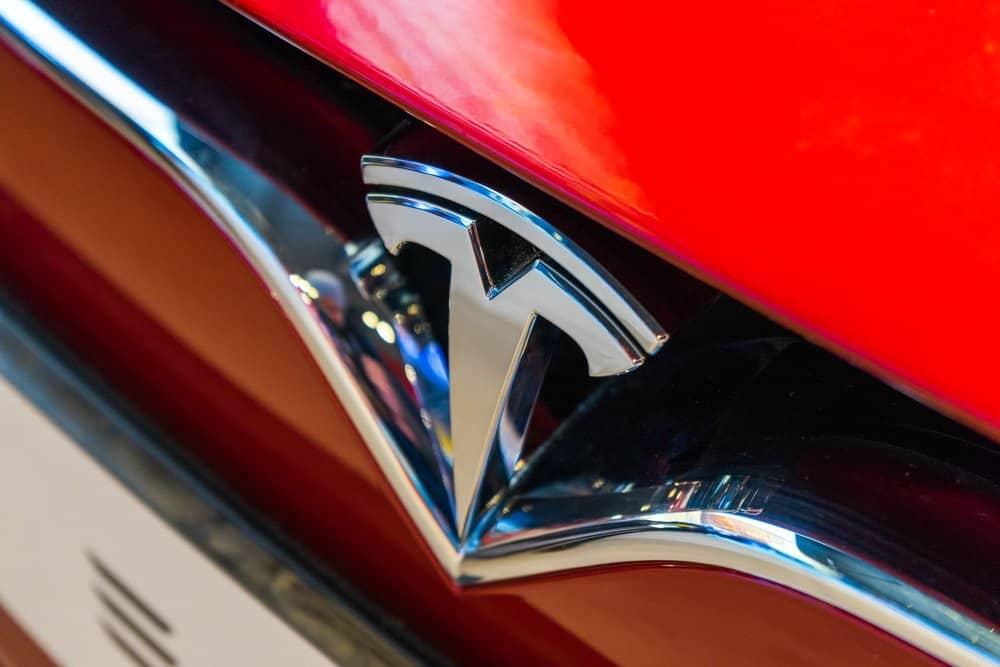 Onderzoekers misleiden Tesla Autopilot om tegen verkeer in te rijden