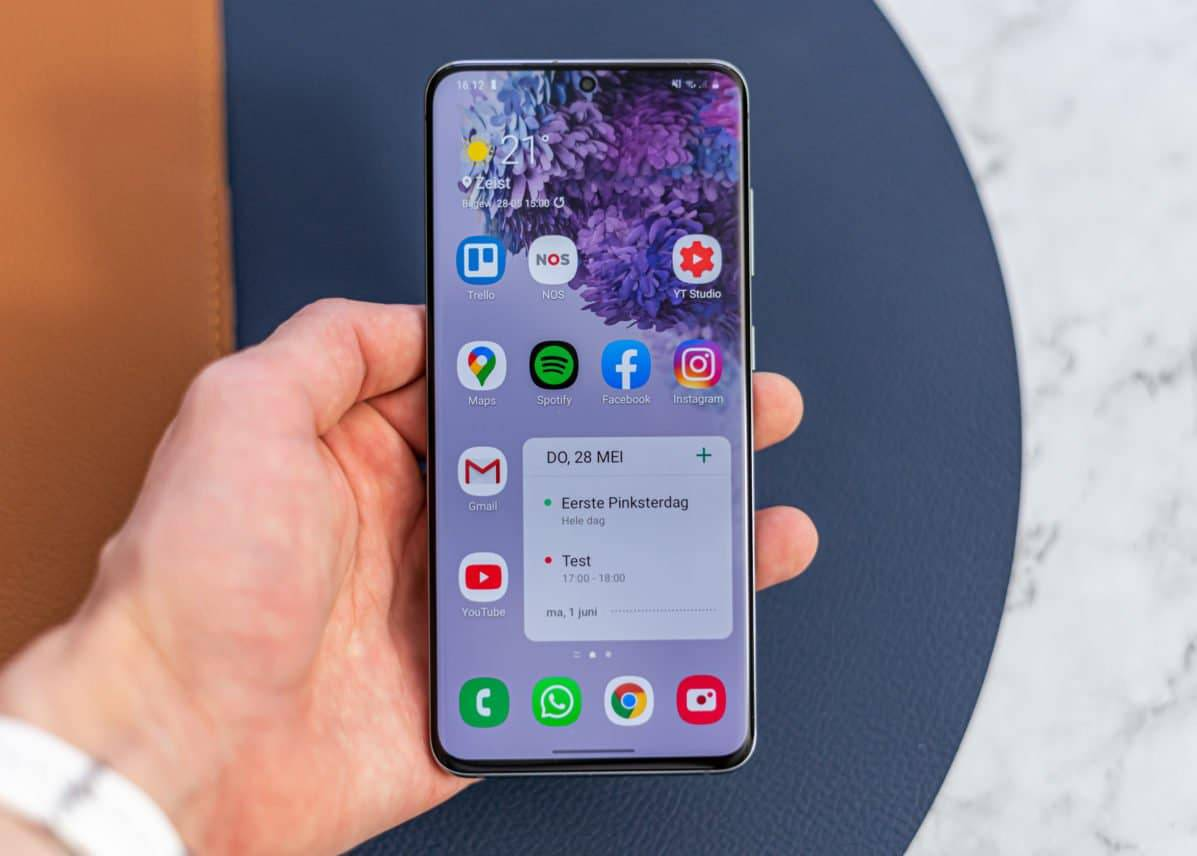 Samsung Galaxy S20 review in hand