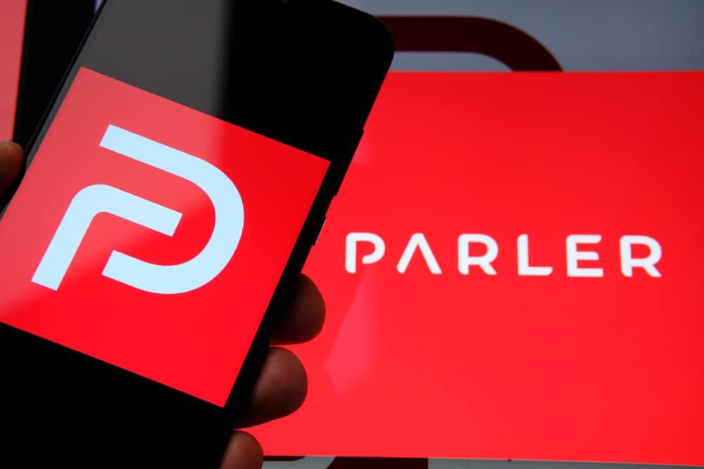 Sociaal netwerk Parler uit app stores verwijderd