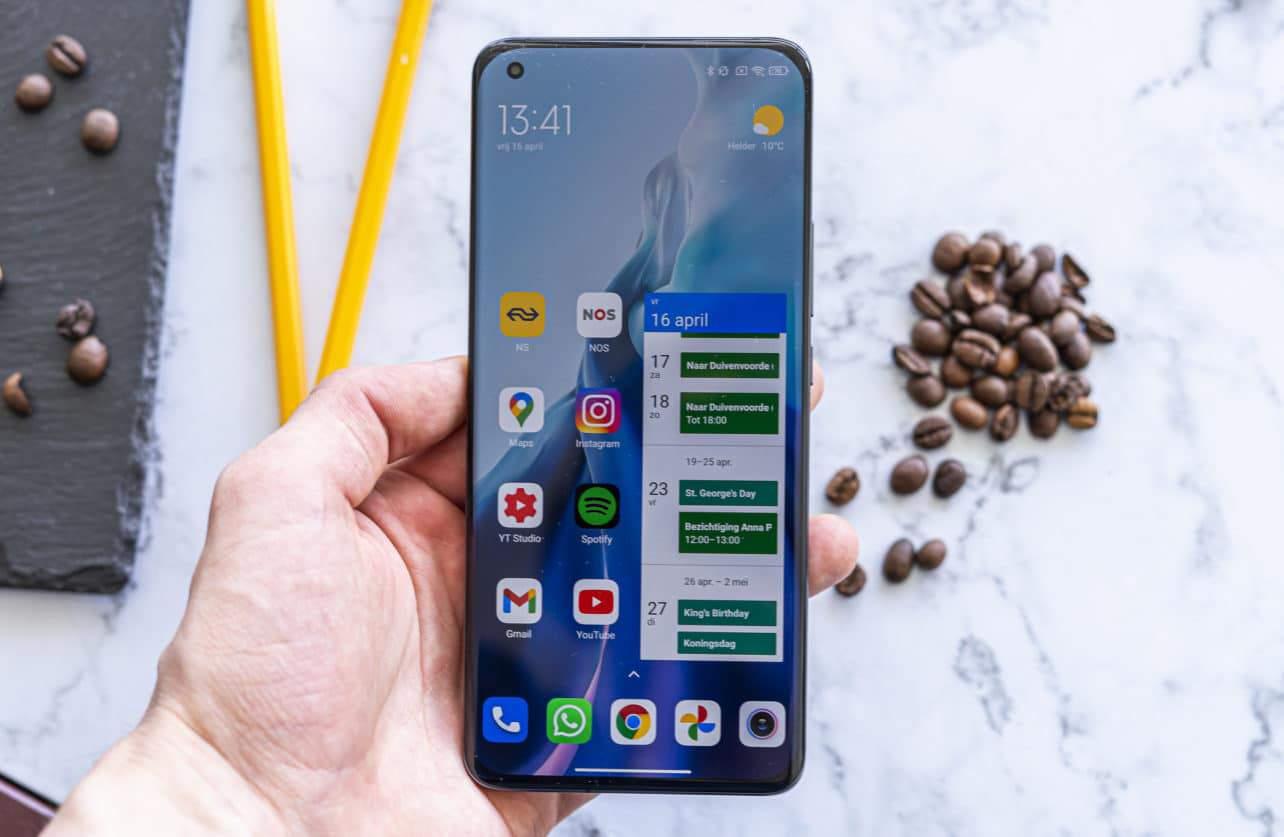 Xiaomi Mi 11 review in hand